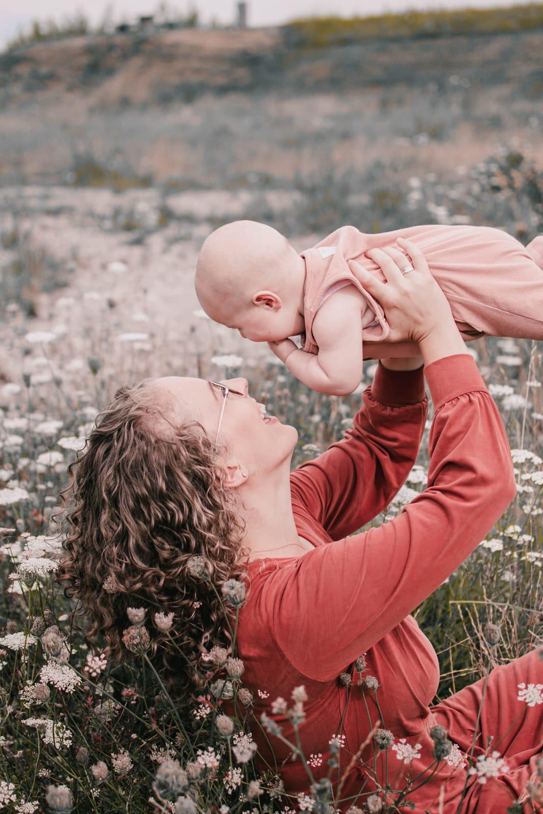 blije ontspannen baby met moeder