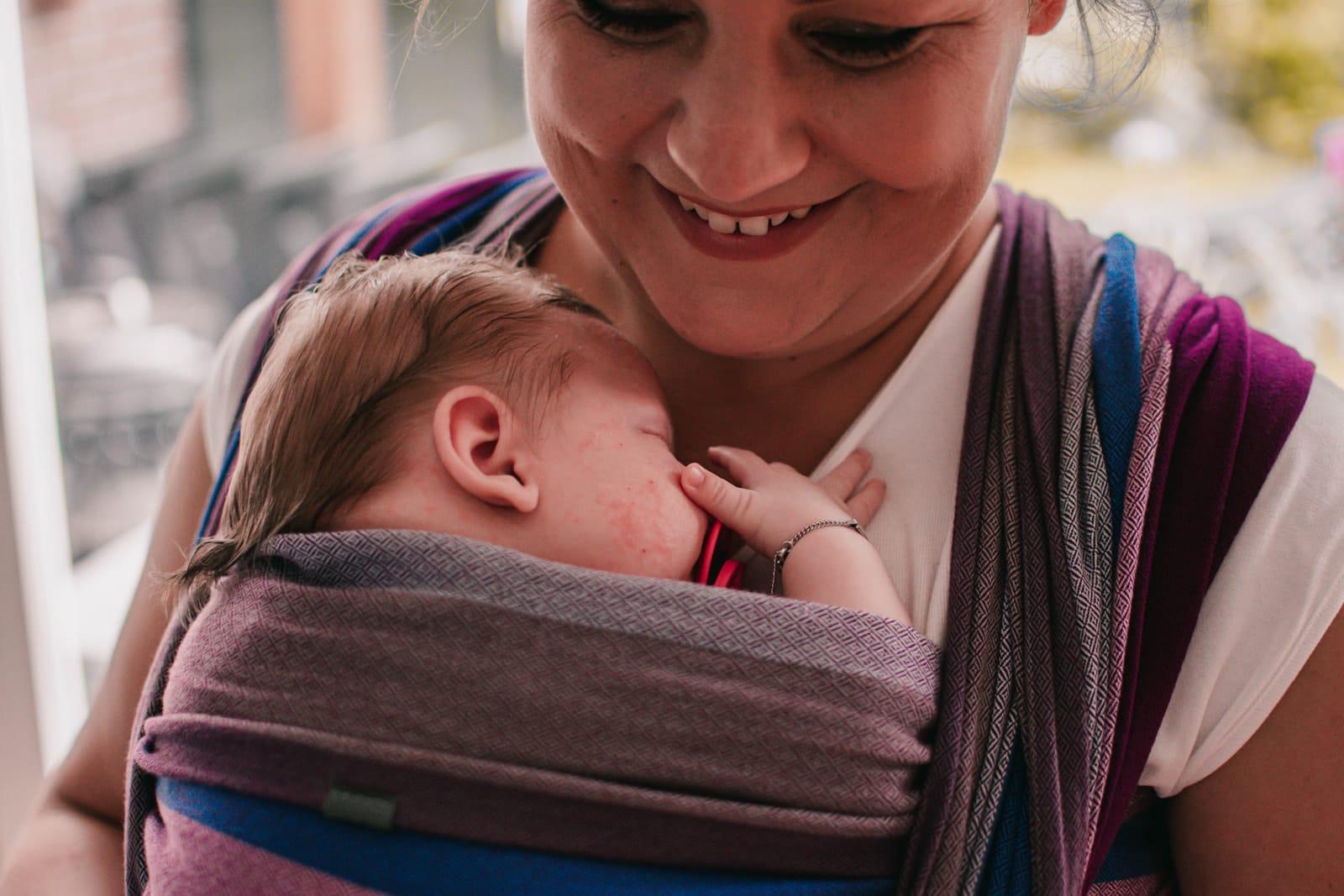 newborn baby in geweven draagdoek